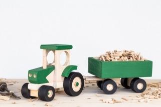Dřevěný traktor s vozíkem zelený
