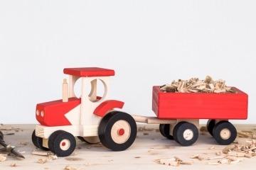 Dřevěný traktor s vozíkem červený
